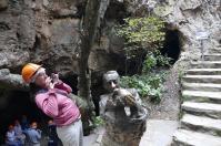 Der Höhlenentdecker mit dem Schädel von Mrs. Pless, die eigentlich gar keine Dame war.