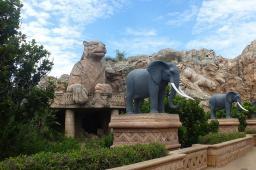 Ein Wahrzeichen von Sun City ist die Elefantenallee. Im Hintergrund sind die Big Five in Stein gemeiselt.