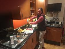 Babsi bei der Küchenarbeit