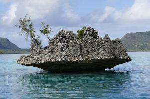 Hier sieht man den Crytal Rock vor der Insel Benitiers. Im Hintergrund liegt die Halbinsel Brabant.
