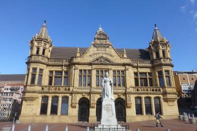 Im Stadtzentrum gibt es einige schöne Gebäude, wie zum Beispiel die Bibliothek.