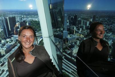 Spiegelbilder ganz oben. Auf dem Skydeck 88 schwebt man über 200 Meter über Melbourne.