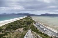 Eine schmale Landzunge schmaler Damm verbindet die Nord- und die Südinsel von Bruny Island.