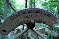 Plötzlich lag sie mitten im Regenwald: eine alte Kohleförderschaufel der Firma Bleichert in Leipzig.