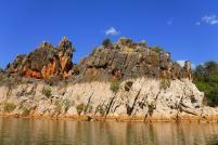 Die weiß ausgewaschenen Felsen zeugen von einem 10 Meter höheren Wasserstand des Fitzroy River während der Regenzeit.