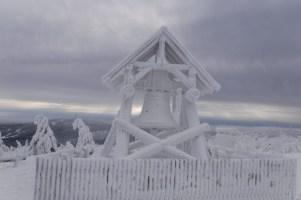 Die Fichtelbergglocke ist von einer dicken Eisschicht überzogen.