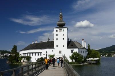 Das Seeschloss Ort steht auf einer kleinen Insel mitten im Traunsee.