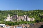 Hoch über den Dächern von Heidelberg thront das Schloss.