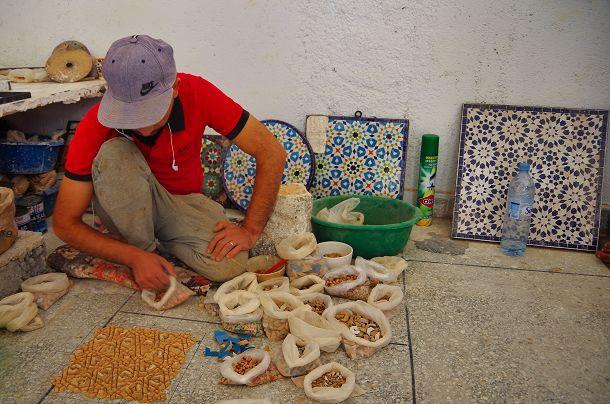 Die Herstellung von Mosaiken macht viel Mühe