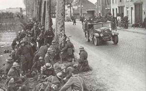 Belgische Soldaten machen im Mai 1940 eine Rast am Strassenrand
