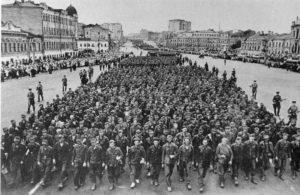 Deutsche Gefangene werden durch die Strassen Moskaus geführt.