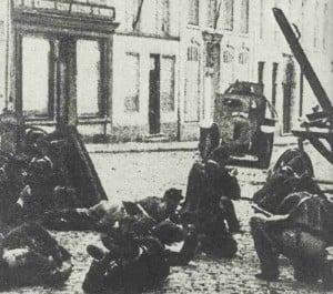 Deutscher Panzerwagen greift belgische Soldaten in Charleroi an