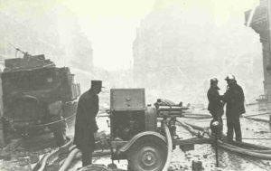 Paris nach dem deutschen Luftangriff. Besonders schwer ist der westliche Teil der Stadt getroffen worden.