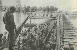 US-Pioniere beim Brückenbau über die Seine.