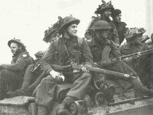 Britische Soldaten auf Sherman-Panzer