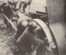 Französische Soldaten bewegen schwere Artillerie.