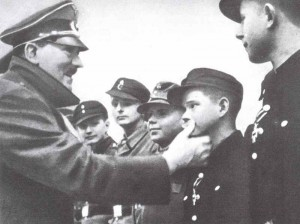 Hitler verleiht Hitlerjungen das Eiserne Kreuz