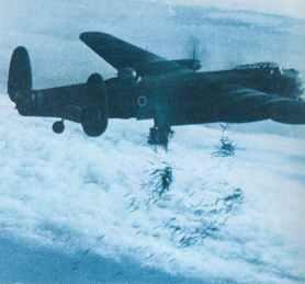 Eine Avro Lancaster I wirft Window-Streifen ab