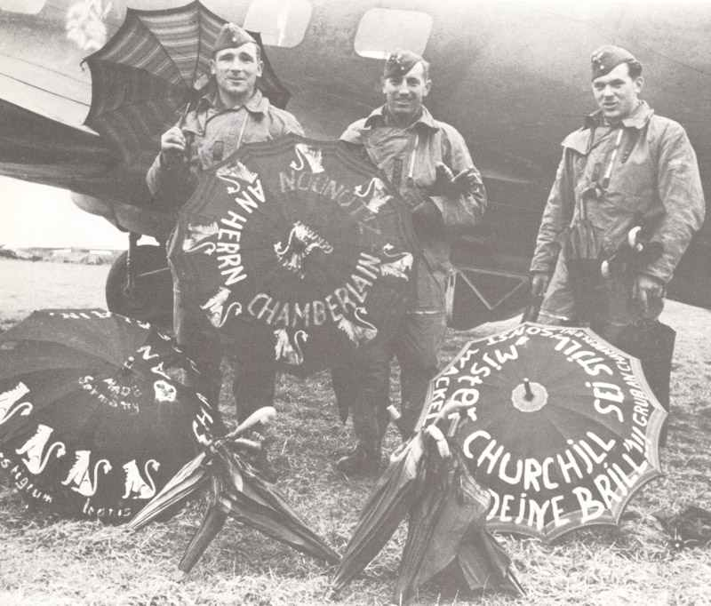 Bomberbesatzung einer He111 des Löwengeschwaders (KG26) mit beschrifteten Regenschirmen