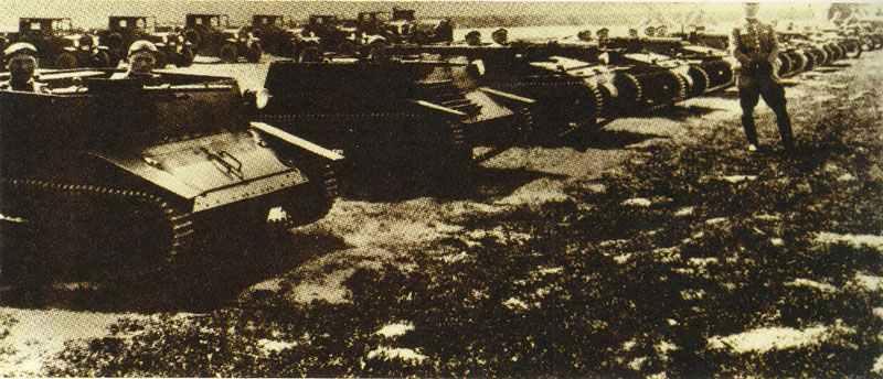 Eine Kolonne Kleinkampfpanzer TK Tankette
