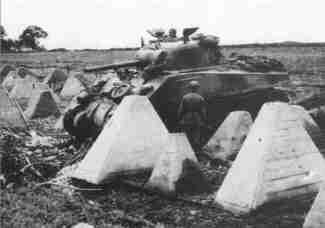 Sherman-Panzer passiert Westwall bei Aachen