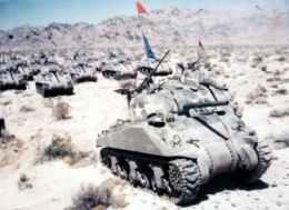 Sherman Panzer während eines Manövers in einer amerikanischen Wüste.