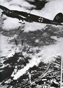 deutscher He 111-Bomber über Warschau