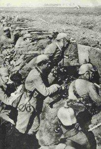 Deutsche Truppen im Schützengraben 1914
