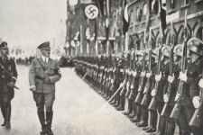 Adolf Hitler schreitet eine Ehrenkompanie der SS ab