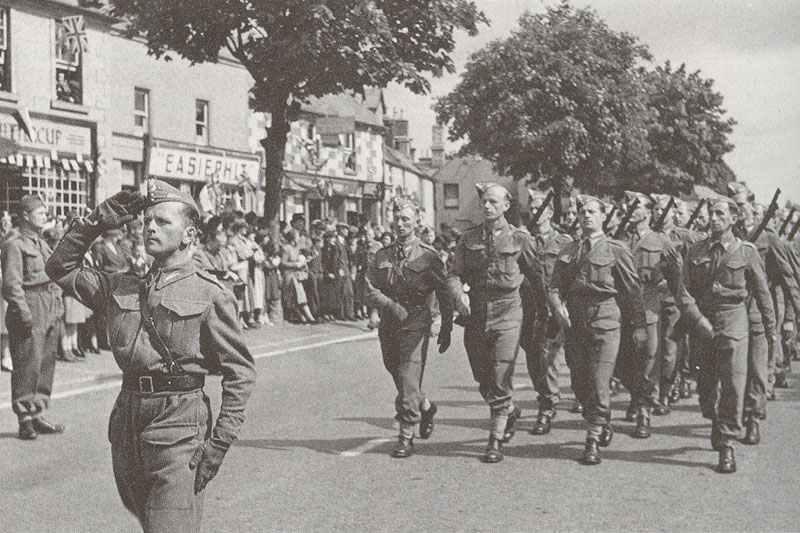Polnische Truppen marschieren durch eine englische Stadt