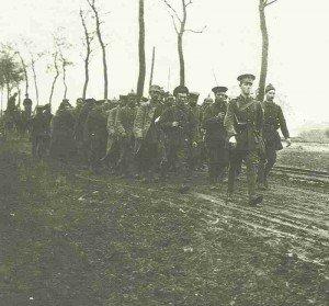 Britische Soldaten mit deutschen Kriegsgefangenen