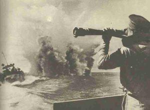 Russischer U-Jäger wirft Wasserbomben