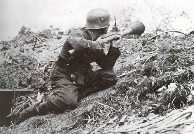 Soldat bereitet Abschuß Panzerfaust vor