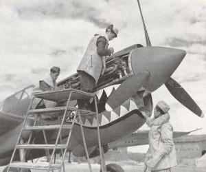 Chinesisches Bodenpersonal arbeitet an einer P-40