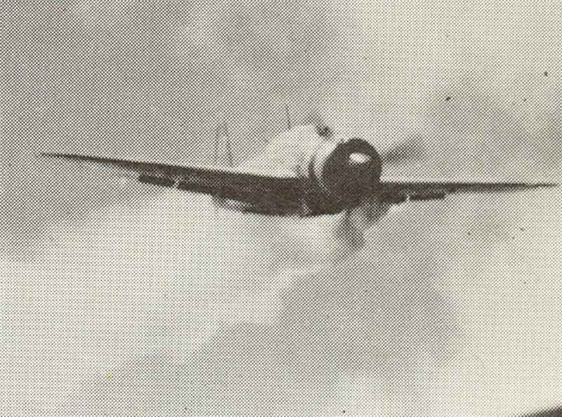 Kamikaze-Flugzeug stürzt auf Kriegsschiff