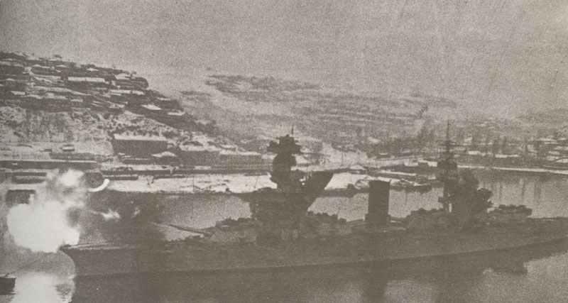 Schlachtschiff Parizskaja Kommuna beschießt deutsche Stellungen bei Sewastopol