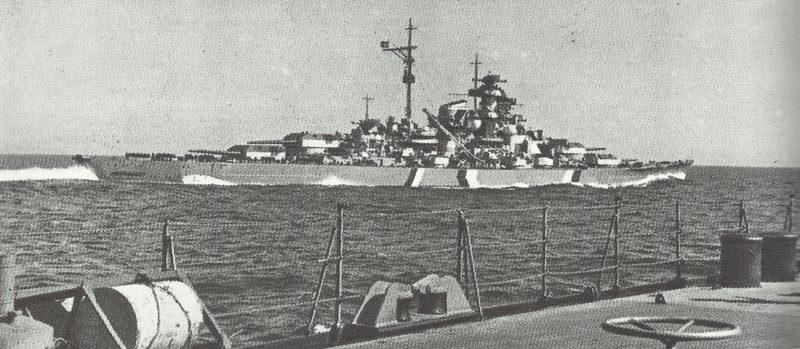 Die Bismarck vom Kreuzer Prinz Eugen aus fotografiert, am Anfang ihrer letzen Fahrt am 20.Mai 1941. Um ihre Silhouette zu verschleiern, befindet sich ein Tarnanstrich auf dem Rumpf.