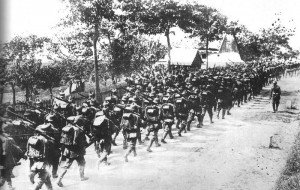 Deutsch Truppen marschieren zu den  neu errichteten Schützengräben