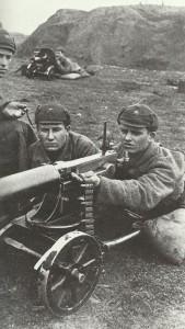 Training einer russischen Maschinengewehr-Mannschaft am M1901 Maxim MG