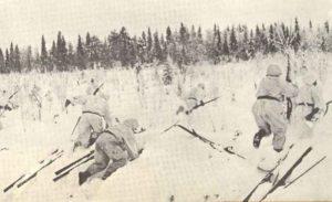 Finnische Soldaten bei einem Gegenangriff