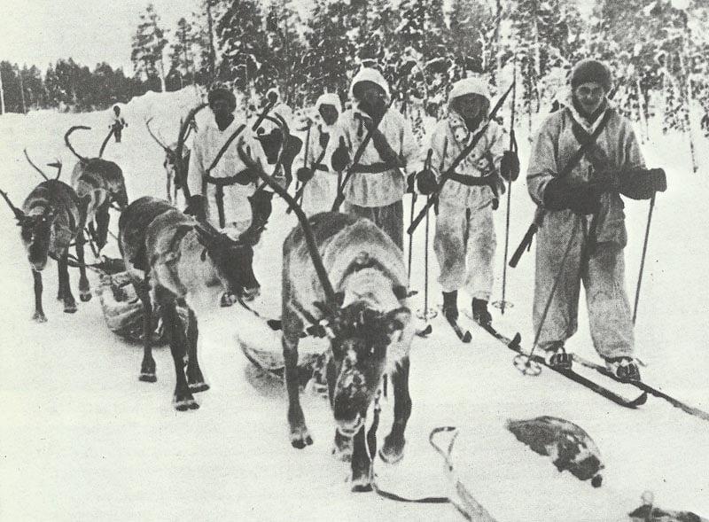 Finnische Soldate mit Rentieren