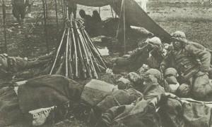 Türkische Kavalleristen in einem Feldlager im Kaukasus