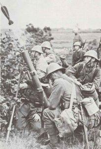 Übung holländische Soldaten mit einem schweren Mörser