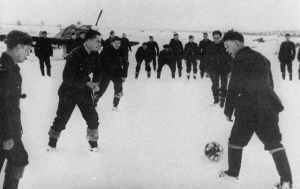 englische Piloten spielen im Schnee Fußball in Murmansk