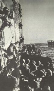 US-Soldaten klettern in Landungsboote im Lingayen-Golf