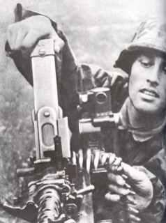 Flämische Soldaten laden ein MG34