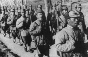Kolonne chinesischer Soldaten