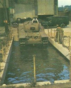 Watversuche mit einem Churchill-Panzer