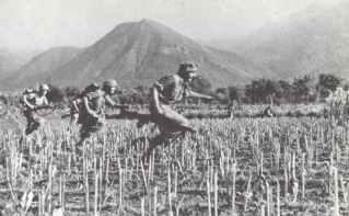 Fallschirmjäger beim Angriff auf die Talstation der Seilbahn zum Gran Sasso
