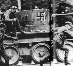 Finnische Soldaten mit einem erbeuteten BT-5 Panzer